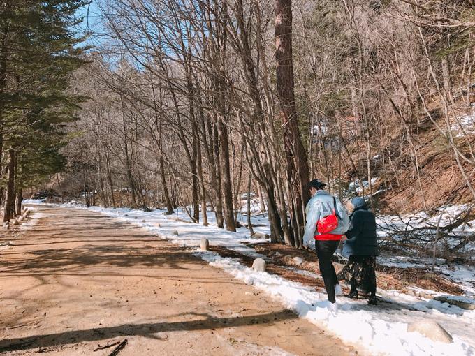 Văn Mai Hương chia sẻ, khi cô và nam diễn viên Bình An đến chùaWoljeongsa vào giữa tháng 3, băng tuyết vẫn phủ khắp khu rừng thông nên khung cảnh trở nênlãng mạn như trên phim.