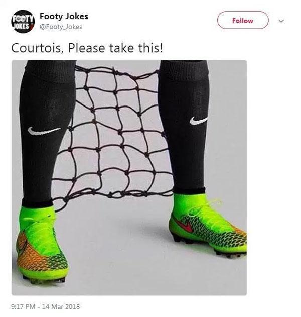 Đôi chân của thủ thành Chelsea phải gắn thêm lưới