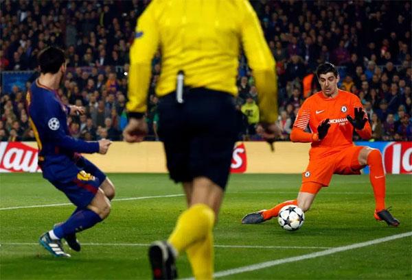 Trong trận đấu với Barca ở trận lượt về trên sân Nou Camp, Courtois hai lần đối mặt với Messi