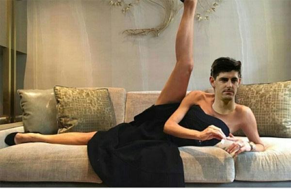 Khi Courtois đang đợi Messi,