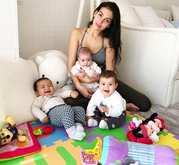 Georgina bên con gái Alana Martina và hai nhóc sinh đôi Eva, Mateo