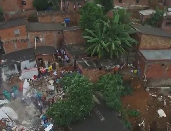 Ngôi nhà trở thành đống đổ nát sau khi bị sạt lở đất. Ảnh: CEN