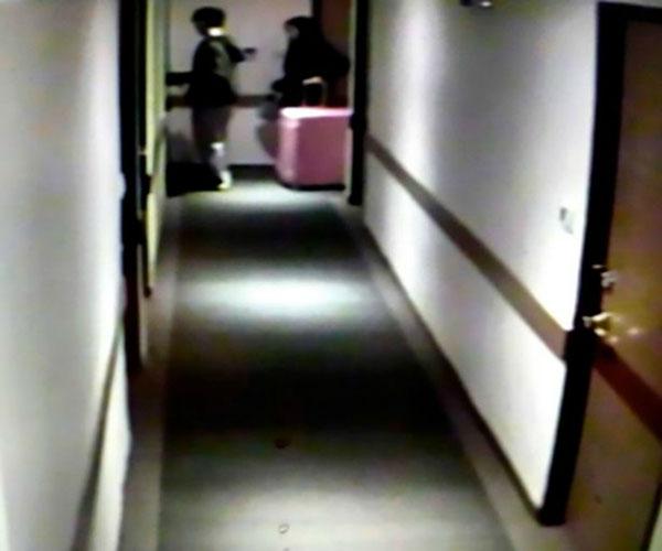 Camera ghi lại hình ảnh ngày cặp đôi nhận phòng.