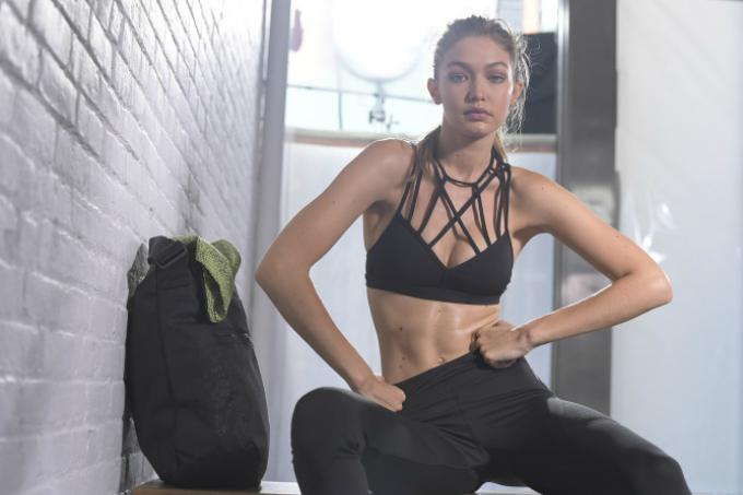 Cô thường xuyên chạy bộ ngoài trời và đi bộ quanh các khu ở New York. Chân dài cho biết, cô không cố định thời gian tập luyện mà thường tranh thủ tập mọi lúc mọi nơi. Ngay cả khi bận rộn nhất, cô cũng cố gắng dành 15 phút để tập cardio.