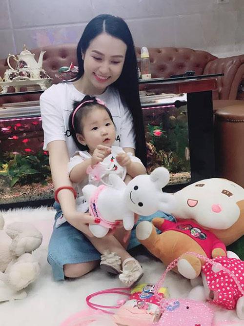 Bà xã Tuấn Hưng chia sẻ: Có con gái thật tuyệt. Bé Son càng lớn càng đáng yêu
