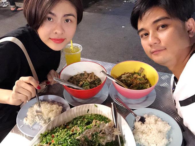 Vân Trang và ông xã đang ở Bangkok (Thái Lan), khoe thành quả thu hoạch ngày đầu là bữa ăn đầy ắp.