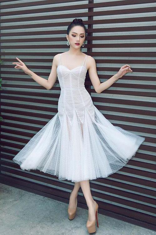 Hương Giang Idol lên đồ chuẩn bị cho buổi phỏng vấn với đài BBC tại Bangkok.
