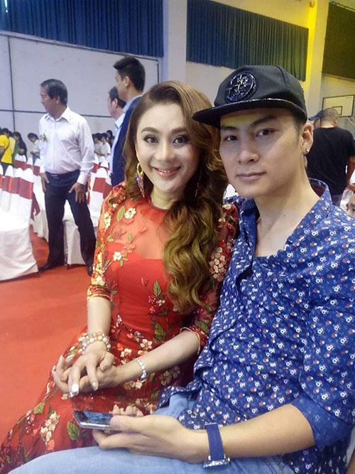 Lâm Chi Khanh e lệ bên ông xã khi đi dự một sự kiện ở TP HCM.