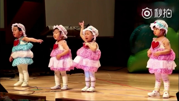 Cô bé váy hồng (thứ ba từ trái sang) dù khóc vẫn cố múa hết bài.
