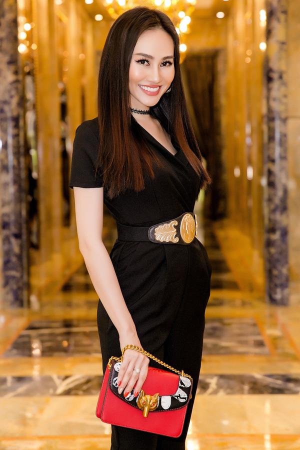 Bộ ảnh do stylist và tạo mẫu tóc Sơn Lê, chuyên gia trang điểm Andy Nhật hỗ trợ thực hiện.