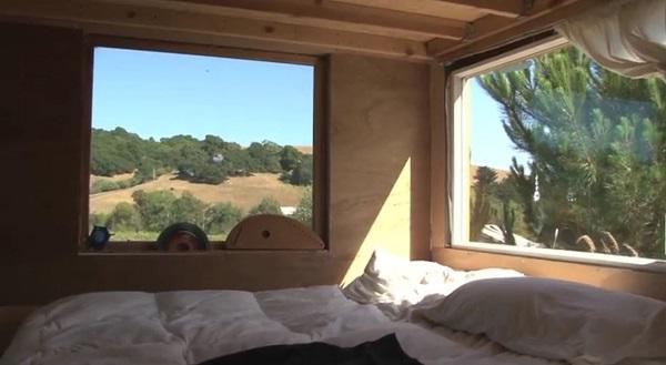 Giường ngủ của 5 mẹ con được bố trí bên cạnh hai cửa sổ, nơi họ có thể nằm bên nhau ngắm nhìn những vì sao lấp lánh.