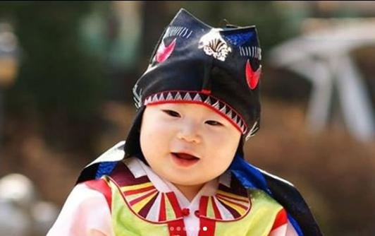 Song Il Gook khoe ảnh ấu thơ của ba con nhân dịp các bé tròn 6 tuổi - 2