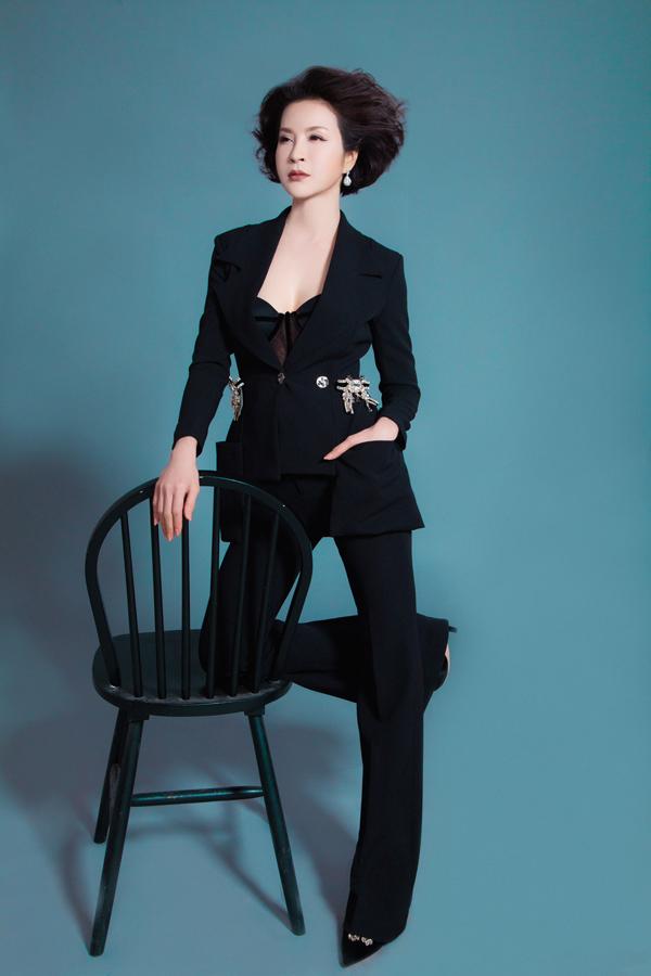 Ở tuổi 45 Thanh Mai không ngại diện trang phục gợi cảm, trẻ trung - 1