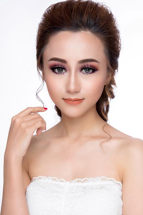 Nếu như những mùa cưới trước, phong cách trang điểm Hàn Quốc trong suốt, dịu nhẹ được các cô dâu ưa chuộng thì gần đây, make up kiểu Thái Lan đang là xu hướng được chú ý. Điểm nổi bật của phong cách này là tạo nét cá tính, sắc sảo và nổi bật cho các tân nương.