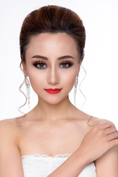Trang điểm cô dâu kiểu Thái Lan chú trọng vào đôi mắt, tạo chiều sâu cuốn hút. Cô dâu được kẻ viền mắt cả trên và dưới màu đen, chải mascara dày và sử dụng thêm kính áp tròng màu sắc hài hòa với tổng thể.
