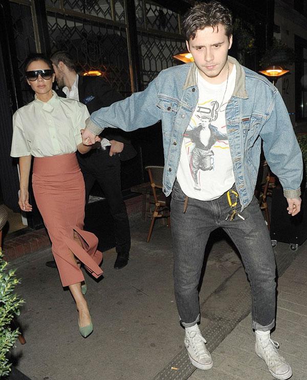 Mẹ con Becks thu hút sự chú ý bên ngoài quán bar Marylebone khi Brooklyn nắm tay mẹ đi ra cửa tối 15/3.