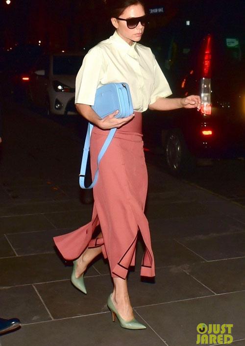 Nhà thiết kế thời trang được khen ngợi với bộ đồ thanh lịch nằm trong bộ sưu tập mới. Trên trang cá nhân, Vic cũng khẳng định, chân váy cạp cao xẻ kết hợp sơmi cộc tay là một trong những trang phục cô yêu thích.