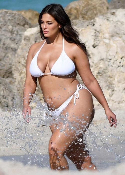 Các sao West Ham chăm chú nhìn mẫu béo hot nhất thế giới - 7