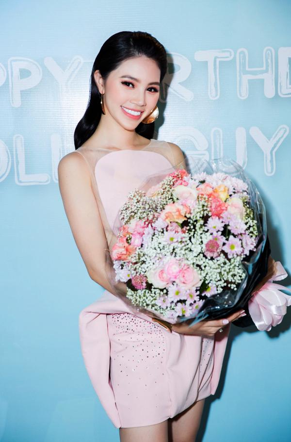 Jolie Nguyễn vừa tổ chức tiệc mừng tuổi mới tại nhà riêng ở TP HCM. Cô diện váy hồng pastel của nhà thiết kế Đỗ Long, khoe nhan sắc rạng ngời, đầy sức sống.