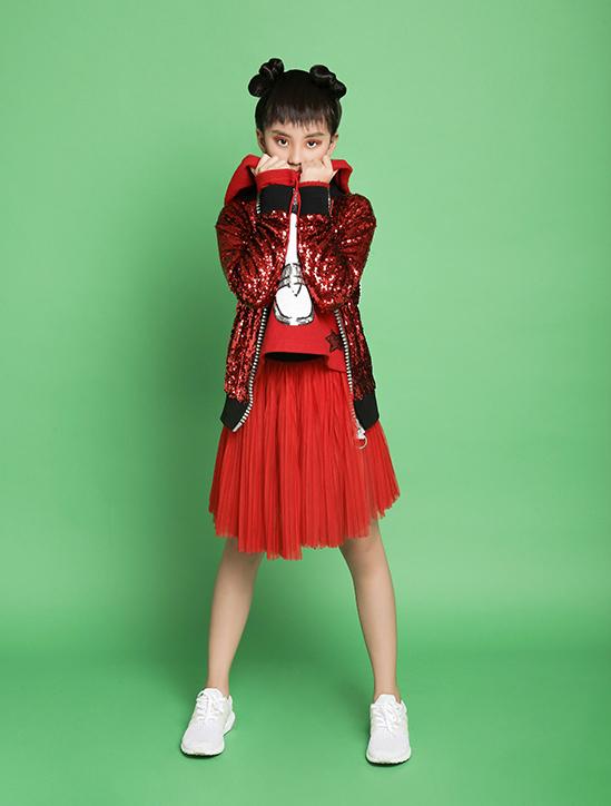 Bộ ảnh được thực hiện với sự hỗ trợ của trang phục & stylist Hà Nhật Tiến, nhiếp ảnhNguyễn Du,trang điểm và làm tóc Huy Nguyễn, người mẫuMỹ yến,Thiên Nhu, Phong Vinh.