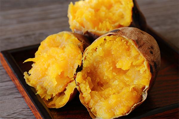 Beta carotene trong khoai lang giúp tóc mềm mượt, bớt xơ rối và giảm gãy rụng.