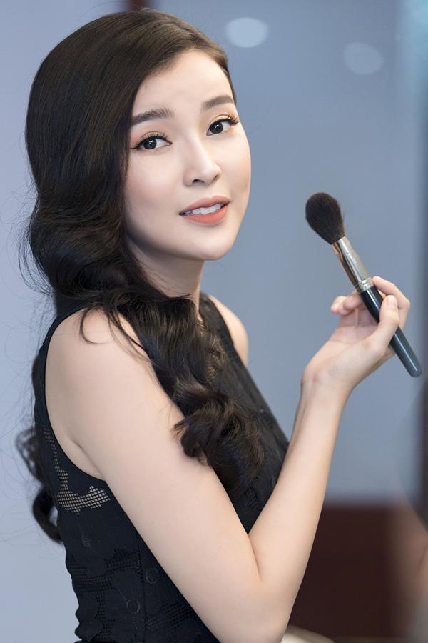 Thời gian này cô đang quay nốt những cảnh cuối của phim Giông bão mà đạo diễn Phương Điền thực hiện.