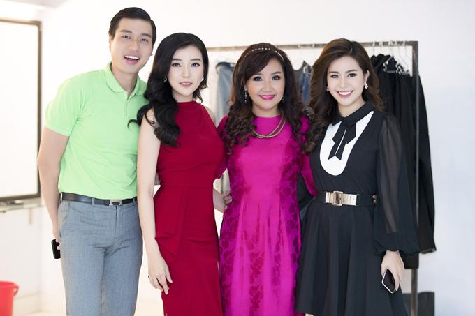 Cao Thái Hà chụp ảnh cùng diễn viên Phạm Đức Long, Ngân Quỳnh, Ngọc Ánh ở hậu trường.