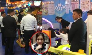 Vệ sĩ vây kín xung quanh khi vợ ba của tỷ phú Hong Kong đưa con đi chơi