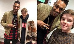 Aubameyang gặp gỡ hai nhóc nhà Becks khi đi cổ vũ Arsenal