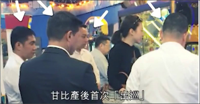Vệ sĩ vây kín xung quanh khi vợ ba của tỷ phú Hong Kongđưa conđi chơi - 2
