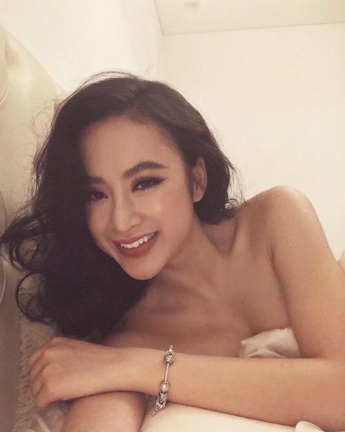 Angela Phương Trinh khoe vai trần thon thả, làn da nuột nà trên giường ngủ.