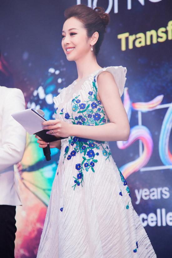 Người đẹp lộng lẫy trong đầm dạ hội trắng, thêu họa tiết hoa tỉ mỉ của nhà thiết kế Hoàng Hải.