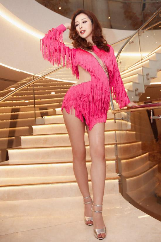Không chỉ làm MC dẫn dắt event, gái ba con còn bất ngờ thay trang phục sexy của NTK Tăng Thành Công để biểu diễn trên sân khấu.