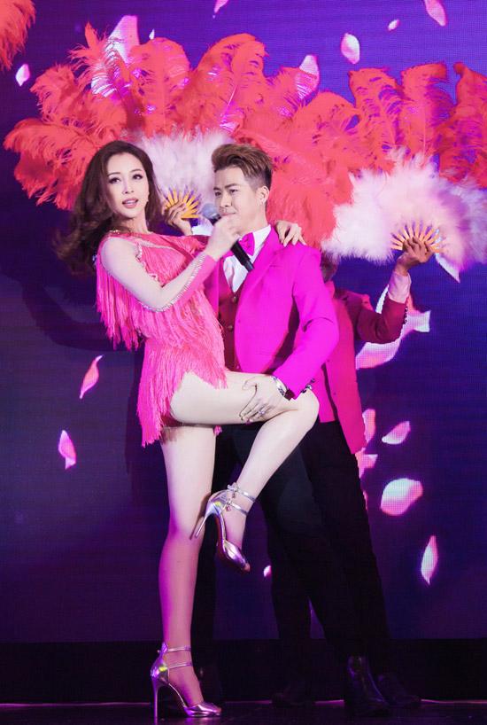 Mặc dù có ít thời gian tập luyện cùng dàn vũ công nhưng trên sân khấu tối qua, người đẹp vẫn trình diễn nhuần nhuyễn như một ca sĩ chuyên nghiệp.