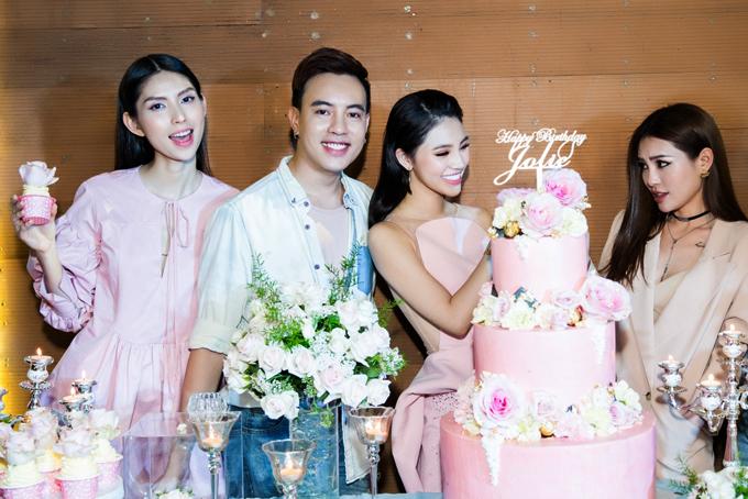 Người mẫu Thùy Dương (ngoài cùng bên trái) hào hứng thưởng thức bữa tiệc ấm cúng cùng bạn bè.