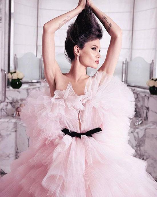 Bà mẹ 6 con hiện là gương mặt đại diện của hãng nước hoa Pháp, Mon Guerlain.