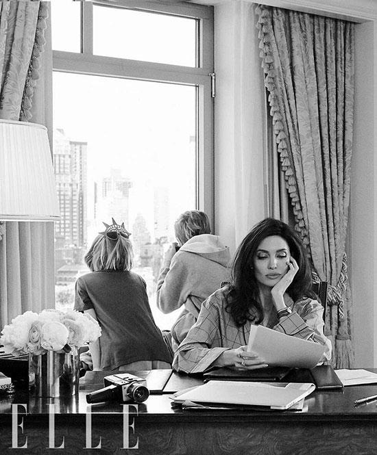 Jolie tâm sự, ở nhà cô cũng giống như những bà mẹ bình thường khác, hầu như không bao giờ trang điểm và sức nước hoa (ngoài trừ thi thoảng dùng loại Mon Guerlain). Mọi người có thể ngạc nhiên vì bộ đồ trang điểm của cô cực kỳ sơ sài.