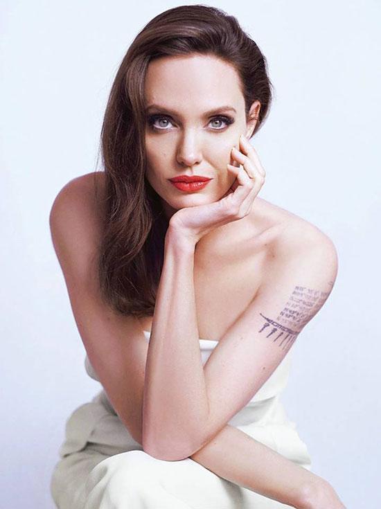 Angelina Jolie xuất hiện gợi cảm trên các tạp chí thời trang tháng 3. Nữ diễn viên cuốn hút với đôi mắt xanh và bờ môi căng mọng.