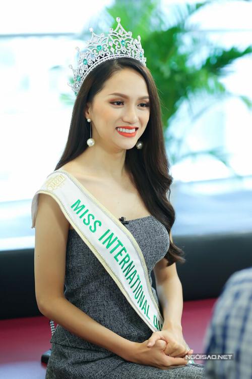Hoa hậu Hương Giang: Bố mẹ xót khi thấy tôi quá gầy khi đăng quang  - 6
