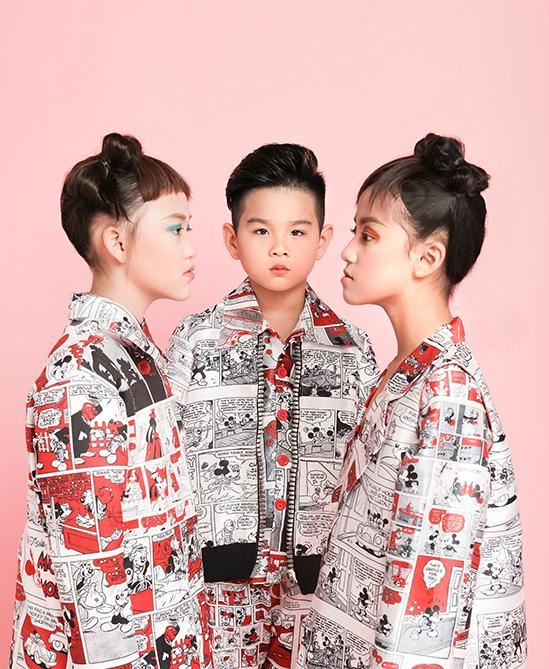 Với các tông màu chủ đạo là đỏ, trắng, xám và đen, bộ sưu tập Mod-kids gây ấn tượng bằng cách sử dụng hoạ tiết in và phom dáng cực cool cho các bé.