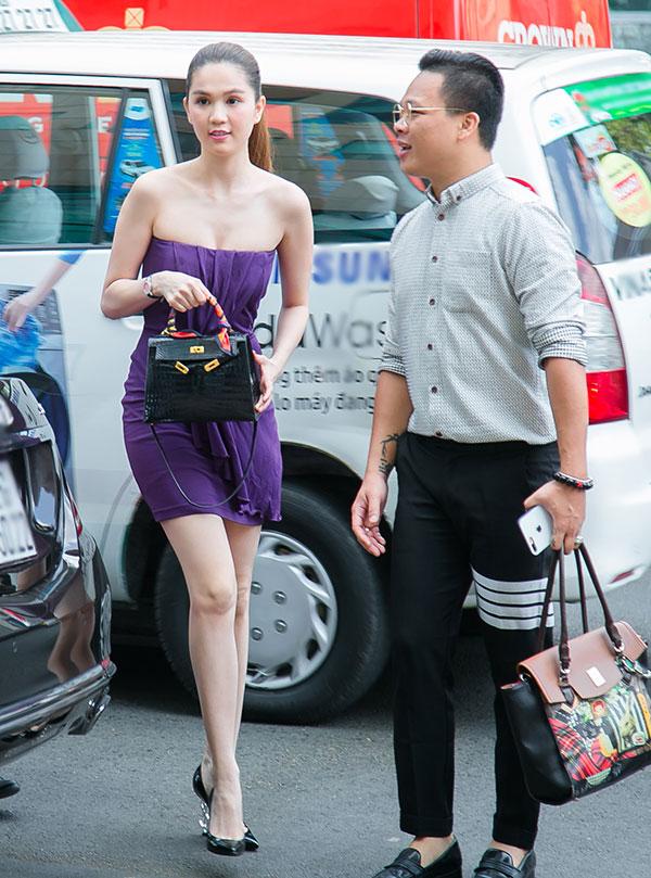 Sáng 16/3, Ngọc Trinh bị bắt gặp đến cửa hàng Samsung Metropolitan (235 Đồng Khởi, quận 1, TP.HCM) để lên đời dế yêu. Người đẹp diện váy quây gơi cảm, hút ánh nhìn của mọi người xung quanh.
