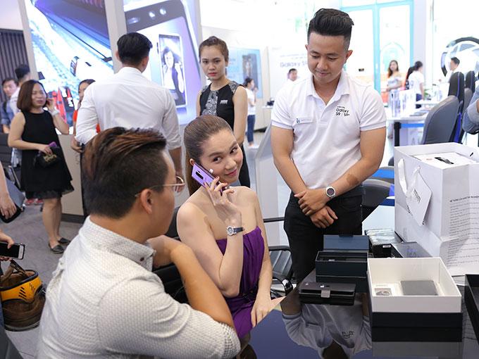 Chia sẻ với VnExpress trước đây, người đẹp từng cho biết thích sử dụng iPhone thay vì điện thoại Android. Nhưng sau gần 8 năm, cô quyết định chuyển sang Galaxy S9+ vì bị lôi cuốn bởi tính năng camera trên sản phẩm của Samsung.