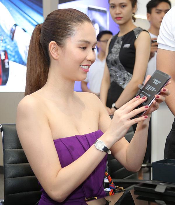 Sản phẩm được Ngọc Trinh lựa chọn là mẫu Galaxy S9+ tím Lilac, tông màu mới xuất hiện lần đầu trên smartphone của Samsung. Người đẹp Trà Vinh tiết lộ:  Tôi là một tín đồ của gam tím.Khi vô tình biết được Galaxy S9+ ở Việt Nam có màu tím yêu thích, tôiđã đặt hàng ngayvì muốn là người đầu tiên sở hữu.