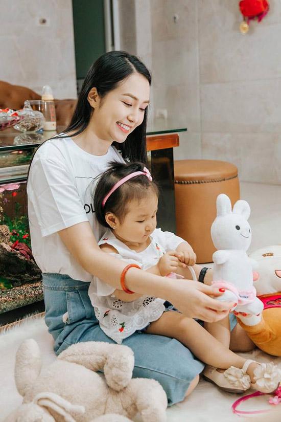Thu Hương còn chia sẻ rằng, nếu ai khen các con xinh xắn,ngoan ngoãn là cô cũng đủ sung sướng suốt cả ngày.