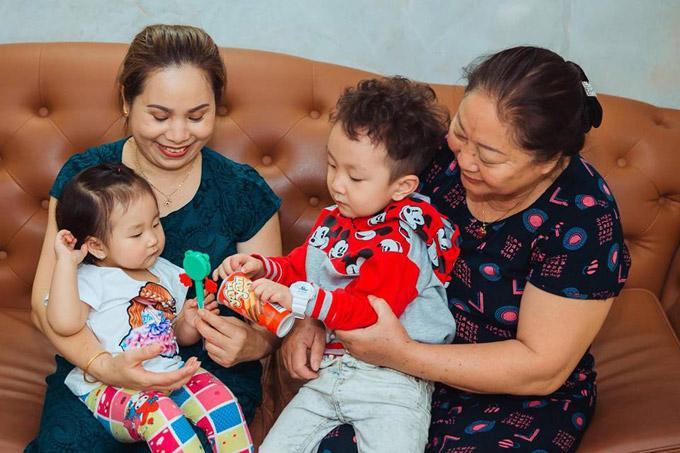 Vì công việc của hai vợ chồng Tuấn Hưng khá bận rộn nênSu Hào và Sonđược bà nội, bà ngoại chăm bẵm từ lúc mới lọt lòng.