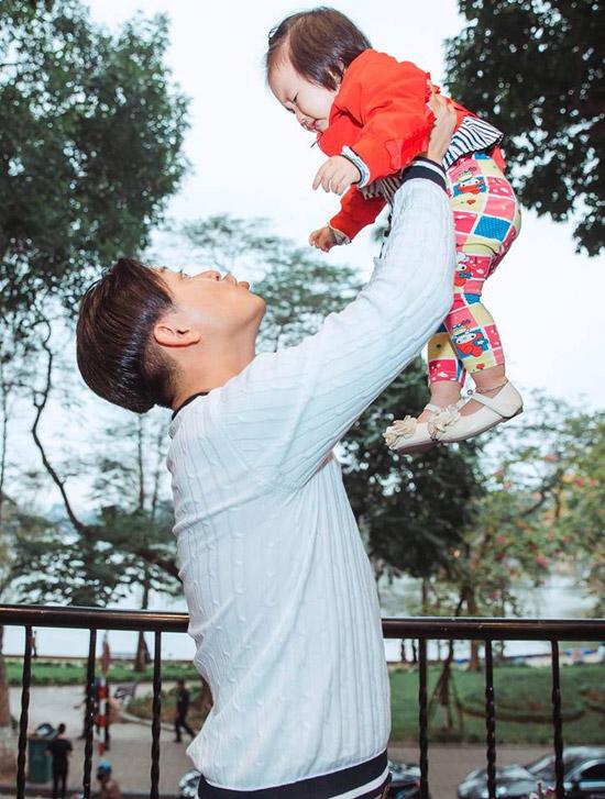 Trên trang cá nhân, Tuấn Hưng tự hào viết rằng, ngày 17/3 là sinh nhật con gái rượu - bé Son. Nàng công chúa nhỏ là trái ngọt thứ hai trong cuộc hôn nhân của anh với bà xã Thu Hương.