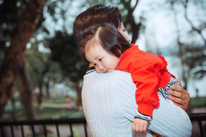 Bé Son tên thật là Nguyễn Trần Mỹ Anh, có gương mặt thừa hưởng nhiều nét giống mẹ và rất bụ bẫm, đáng yêu.