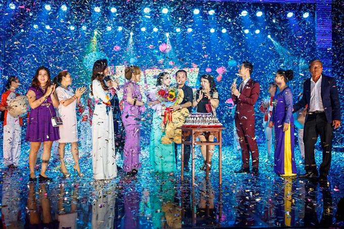 Kiều Trâm được đạo diễn Quý Khang, đồng nghiệp, người thân và khán giả chúc mừng sinh nhật ngay trên sân khấu.