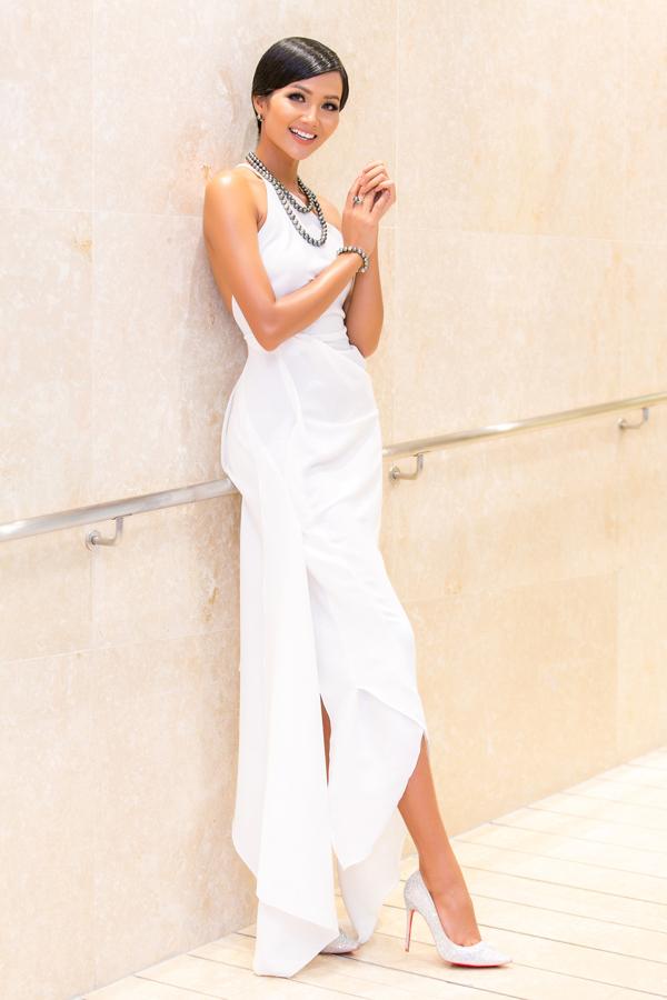 Sau khi đăng quang, hoa hậu HHen liên tục xuất hiện trong nhiều sự kiện văn hoá giải trí, trang phục của cô cũng được thay đổi không ngừng để luôn mang đến sức hút mới. Váy lệch vai gam trắng với đường cắt may sắc nét giúp HHen trở nên gợi cảm và không mất đi nét khoẻ khoắn, hiện đại.
