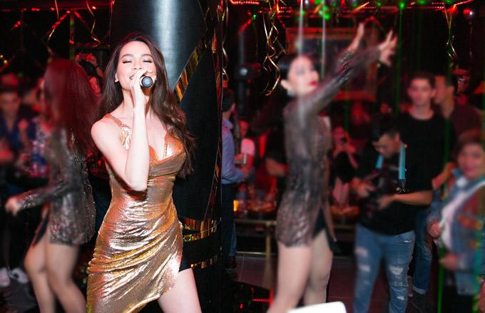 Nữ ca sĩ ca hát, quẩy tưng bừng bên các khách mời dự tiệc.